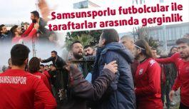 Samsunsporlu futbolcular ile taraftarlar arasında gergin anlar