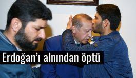 Erdoğan'ı alnından öptü...
