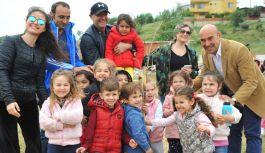 Ünlü Yönetmen Çağan Irmak miniklerle ağaç dikti