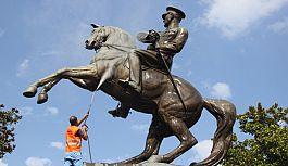 Samsun'da Atatürk Heykeline bayram temizliği