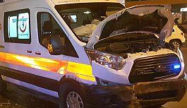 Samsun'da Ambulans Otomobil İle Çarpıştı