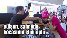 Ünlü Sanatçı Gülşen, sahnede kocasının elini öpüp bayramını kutladı