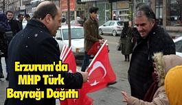 Erzurum'da MHP Türk Bayrağı Dağıttı