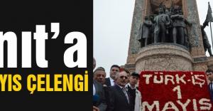 Anıta karanfil ve hatıra fotoğrafı...