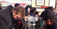 Cuma namazı sonrası cemaate çay ve simit ikramı