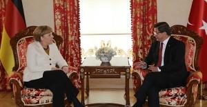 Davutoğlu Merkel'le Görüştü