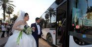 Düğünlerine belediye otobüsüyle gittiler...