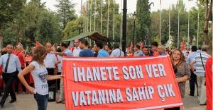 Kadınlar dev Türk bayrağı taşıdı
