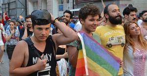 LGBT'liler alınan iznin ardından yürüyüş yaptı