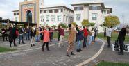 UAÜ'de öğrenciler ve öğretim üyeleri güne Çin egzersizi ile başlıyor