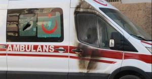 Yolu kapattılar ambulansa molotof attılar