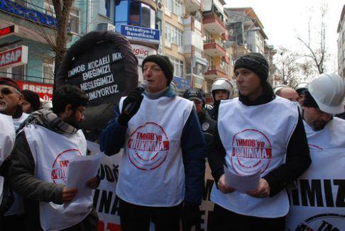 Torba yasayı siyah çelenkle protesto etmeye polis engel oldu
