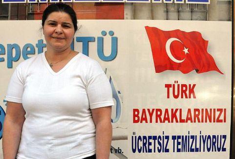 Türk bayrağını ücretsiz temizliyorlar...