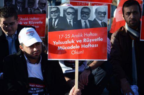 Yolsuzlukları, ampul kırarak protesto ettiler