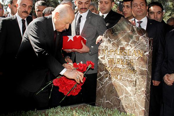 Türkes'in vefatinin 21. yili anit mezar behceli