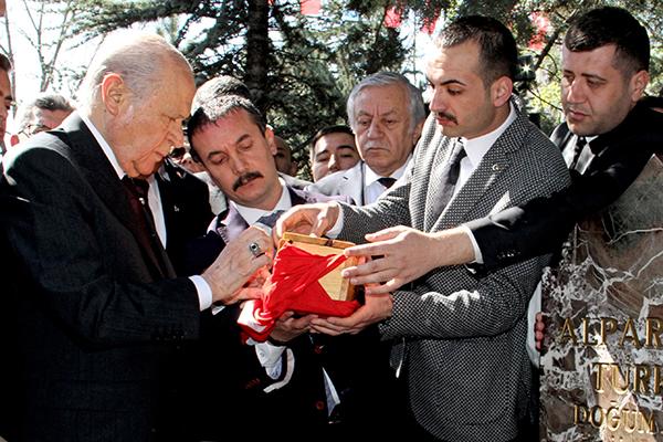 anit mezar devlet bahceli turkes 21. olum yil dönumu