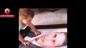 Şehit bebeği Babasının resmine bakıp ağlarken...